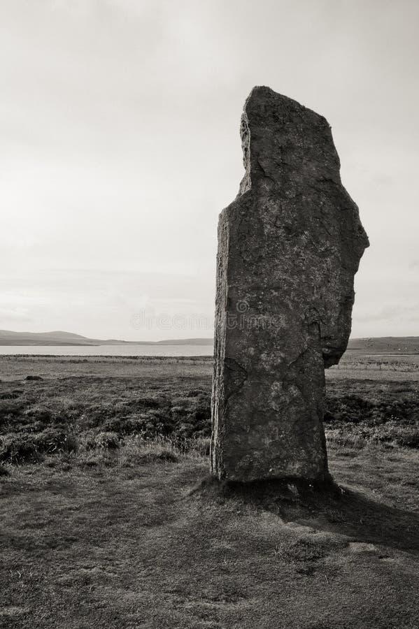 Primer de piedra blanco y negro del círculo de la piedra de Stenness imagen de archivo