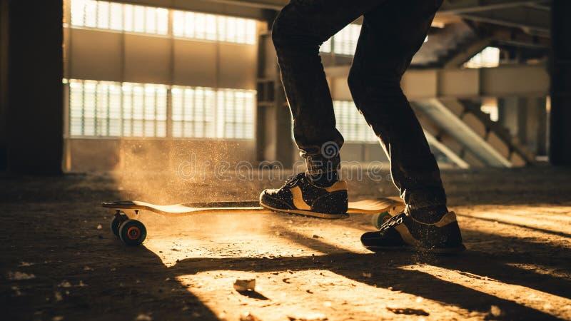 Primer de piernas y de zapatillas de deporte en el monopatín fotos de archivo libres de regalías