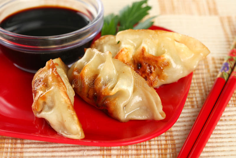 Primer de Potstickers frito chino jugoso fotografía de archivo