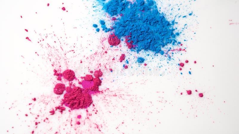 Primer de puntos coloridos en el líquido blanco Fondo abstracto hermoso con los puntos coloridos de la pintura seca asperjados en imagen de archivo libre de regalías