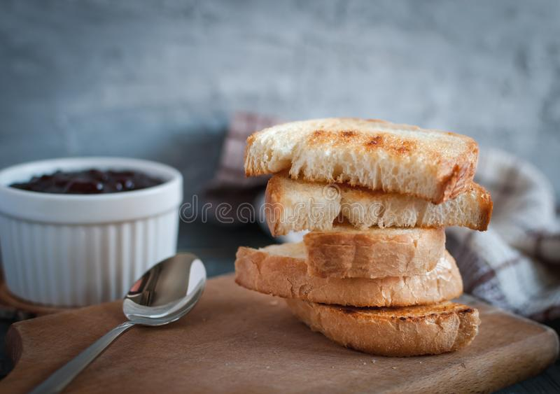 Primer de rebanadas de pan tostadas con la mermelada de fresa hecha en casa foto de archivo