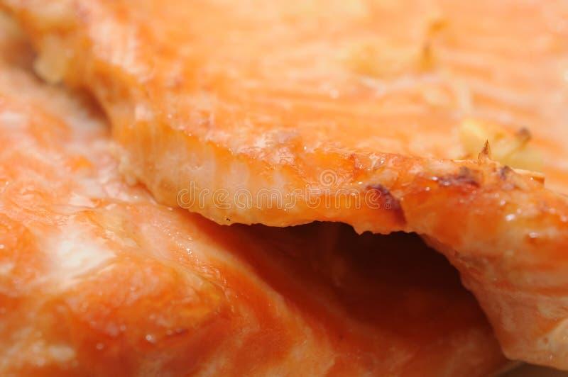 Primer de salmones asados a la parrilla fotos de archivo libres de regalías