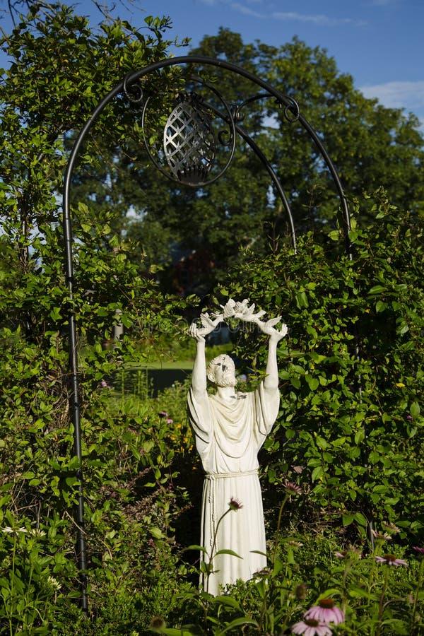 Primer de St Francis Statue Releasing Doves foto de archivo