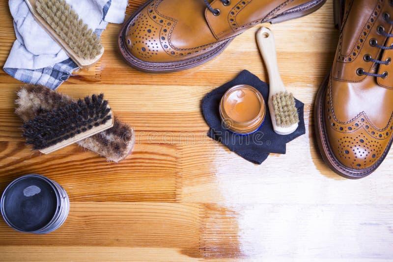 Primer de Tan Brogue Leather Boot superior con el sistema de herramientas de la limpieza foto de archivo