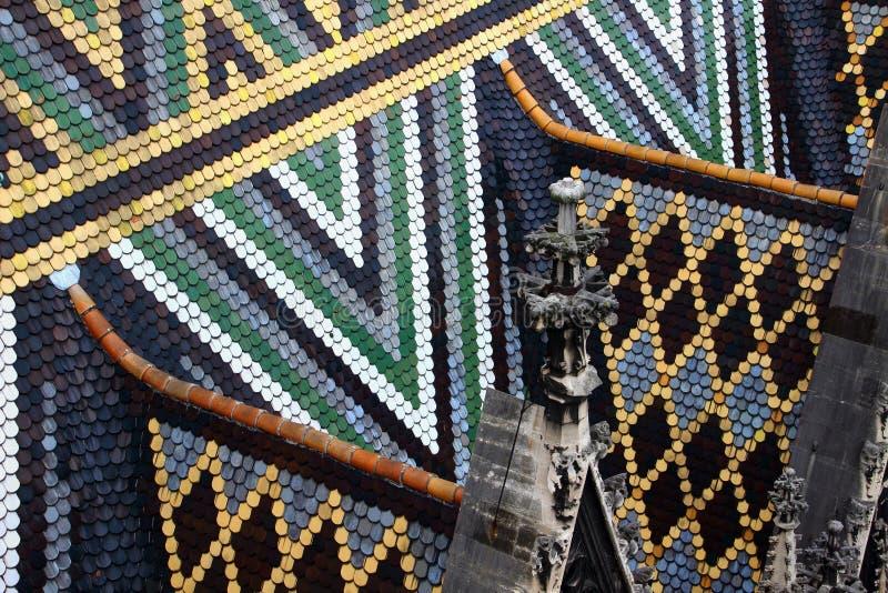Primer de tejas y de pináculos coloridos en Stephansdom Viena foto de archivo libre de regalías