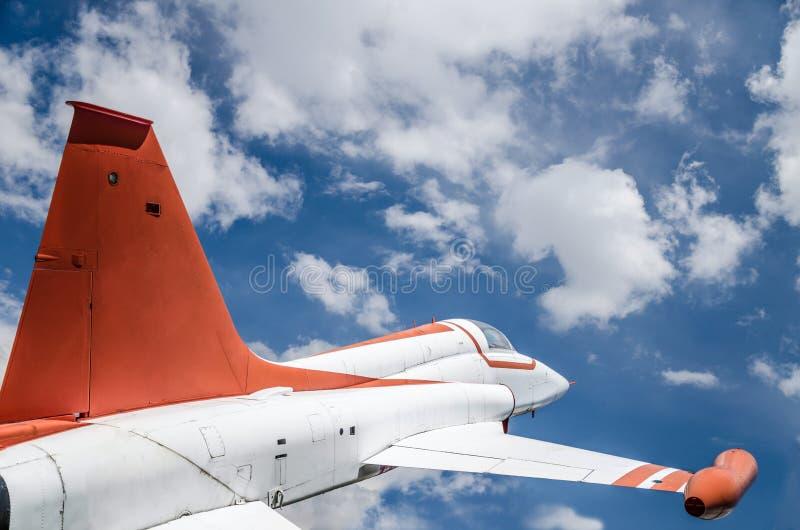 Primer de un avión de combate en el cielo fotografía de archivo libre de regalías