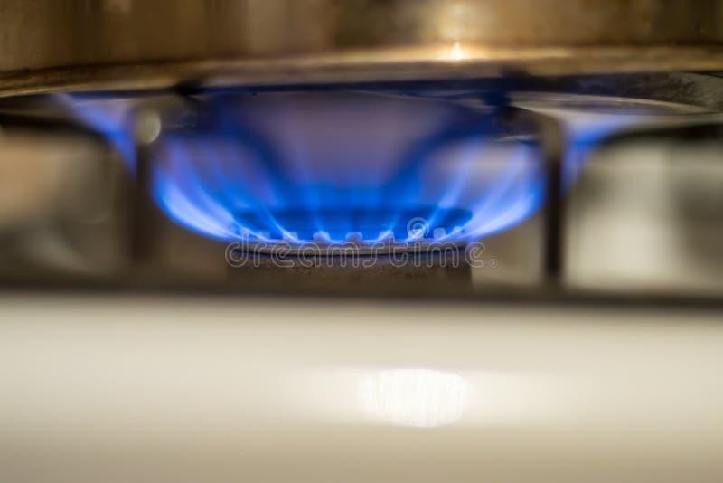 Primer de un Burning casero de la estufa de gas imagen de archivo libre de regalías
