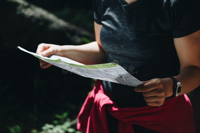 Primer de un concepto de la orientación de mapa de la lectura de la mujer imagen de archivo libre de regalías