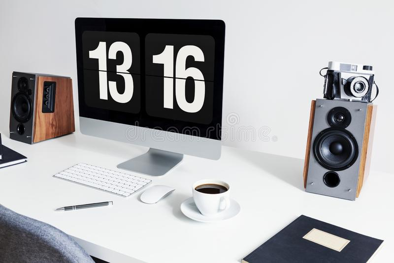 Primer de un espacio de trabajo minimalista con un equipo de escritorio y los altavoces en un escritorio blanco en un interior mo imágenes de archivo libres de regalías