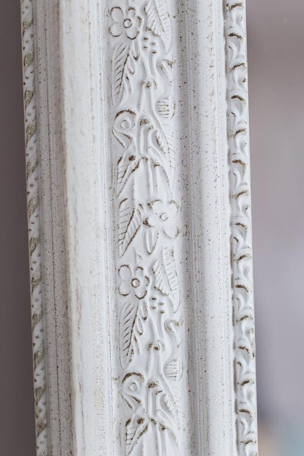 Primer de un espejo del vintage con los ornamentos decorativos imagen de archivo