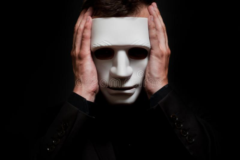Primer de un hombre en una máscara blanca imágenes de archivo libres de regalías