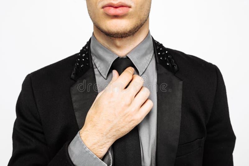 Primer de un hombre hermoso y acertado en un traje Él ` s en a imagen de archivo libre de regalías