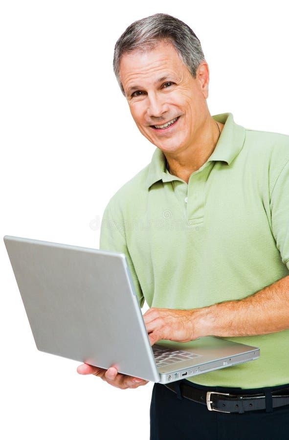 Primer de un hombre que trabaja en la computadora portátil fotos de archivo