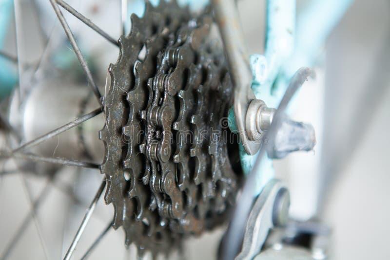 Primer de un mecanismo y de una cadena de engranajes de la bicicleta en la rueda posterior imagen de archivo libre de regalías