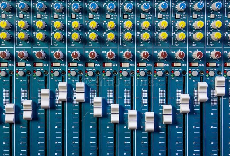 Primer de un mezclador de la música foto de archivo