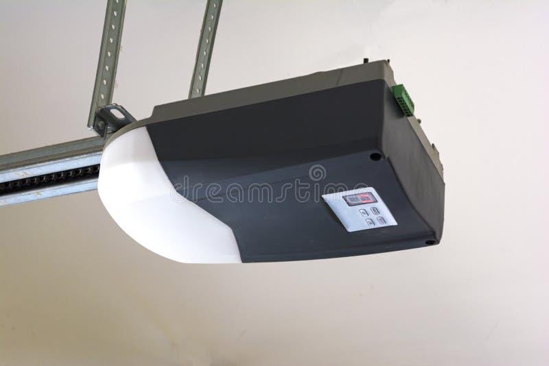 Primer de un motor automático del abrelatas de la puerta del garaje foto de archivo libre de regalías