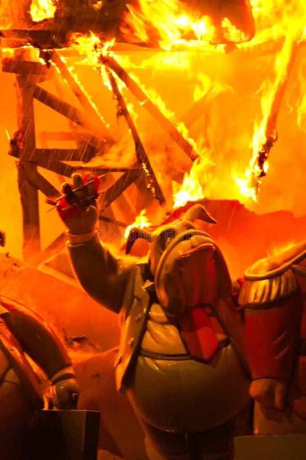 Primer de un ninot de la falta que comienza a quemar durante la quema fotos de archivo