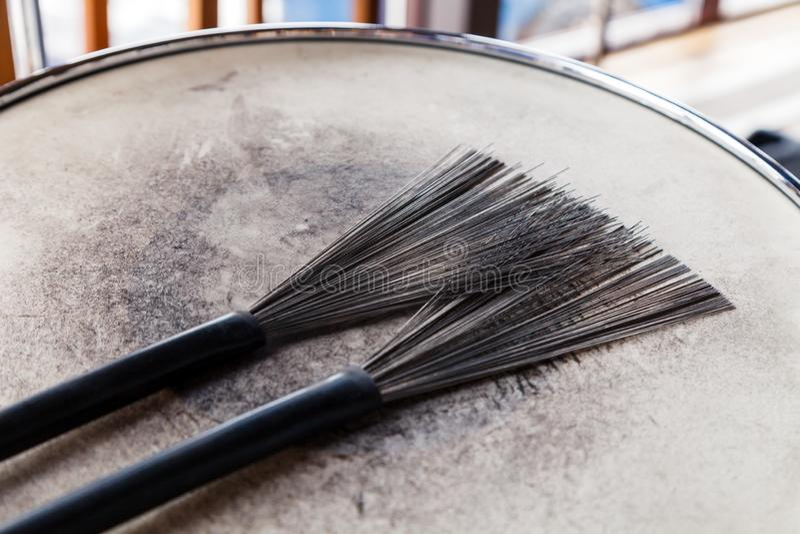 Primer de un par de cepillos del tambor negro en un tambor lamentable blanco Concierto del concepto, música en directo, funcionam fotos de archivo libres de regalías