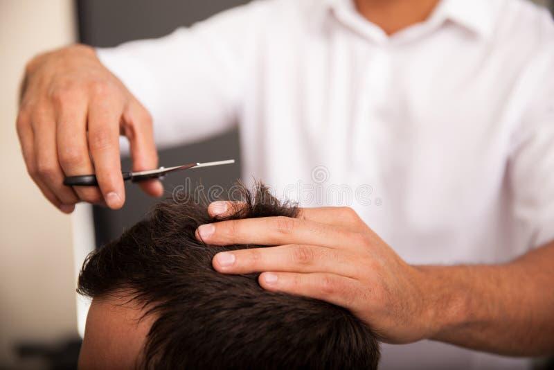 Primer de un peluquero en el trabajo fotografía de archivo