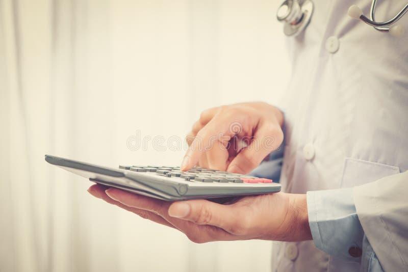 Primer de un profesional asiático joven de la atención sanitaria que lleva un blanco imagen de archivo libre de regalías