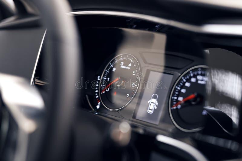 Primer de un tablero de instrumentos hermoso que brilla intensamente de un coche costoso moderno El interior del coche imagen de archivo