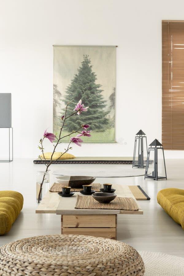 Primer de un taburete en un interior de la sala de estar con una mesa de centro foto de archivo libre de regalías