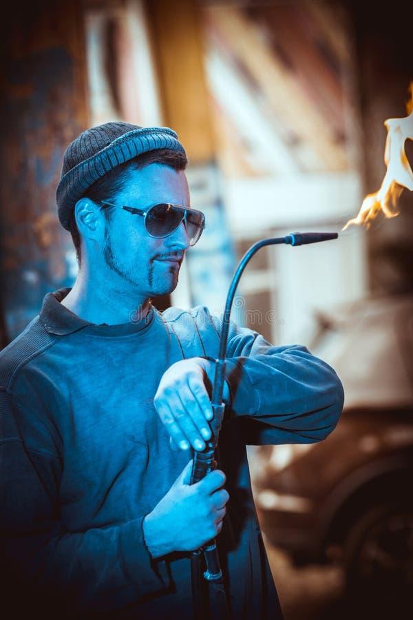Primer de un trabajador hermoso en un sombrero y con una barba española, fotografía de archivo