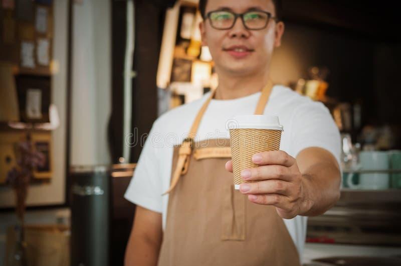 Primer de una camarera que sirve una taza de café Foco selectivo imagenes de archivo