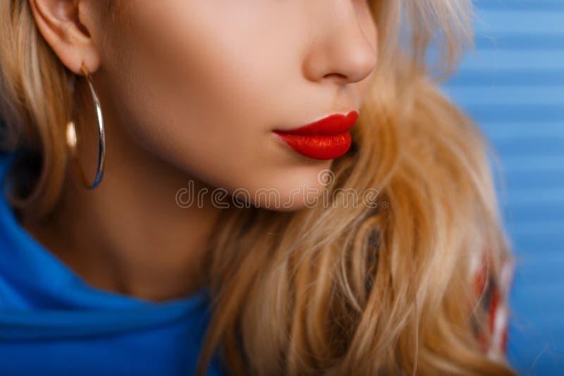 Primer de una cara del ` s de la mujer con los labios Labios rojos grandes hermosos foto de archivo