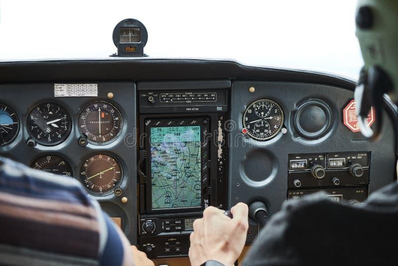 Primer de una carlinga del aeroplano del skyhawk 172 de Cessna con dos pilotos imágenes de archivo libres de regalías