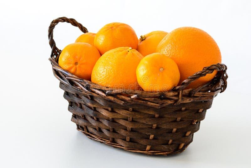 Primer de una cesta de naranjas y de mandarines imagen de archivo libre de regalías