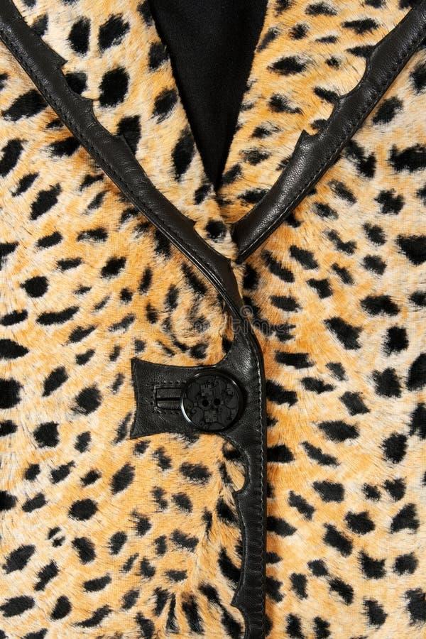 Primer de una chaqueta con estilo del leopardo imagen de archivo libre de regalías