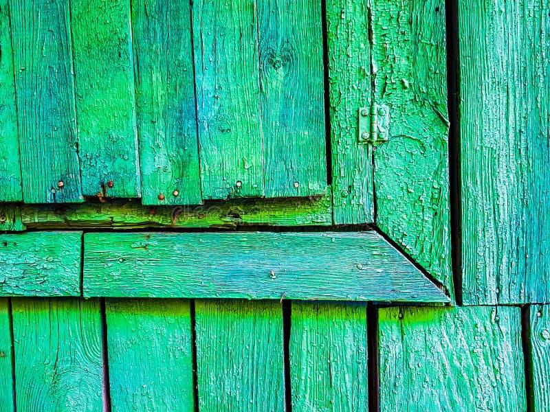 Primer de una esquina de una ventana de madera vieja fotos de archivo