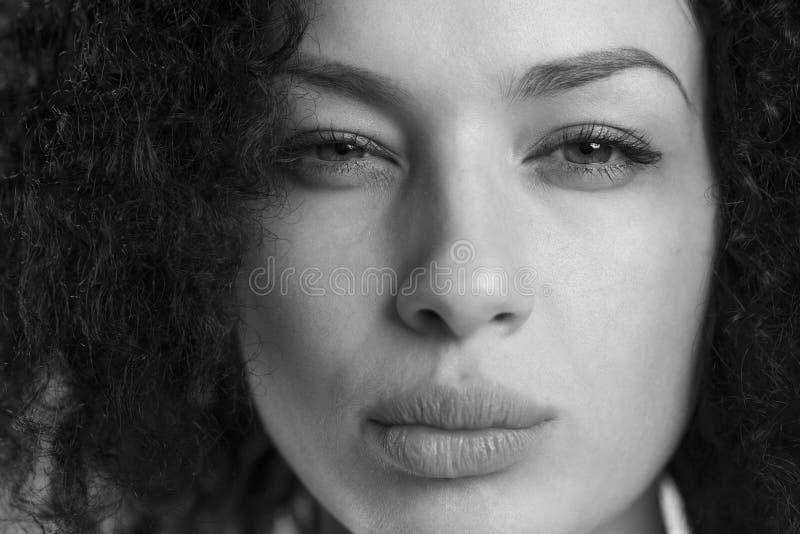 Primer de una muchacha que parece enojada en blanco y negro fotografía de archivo