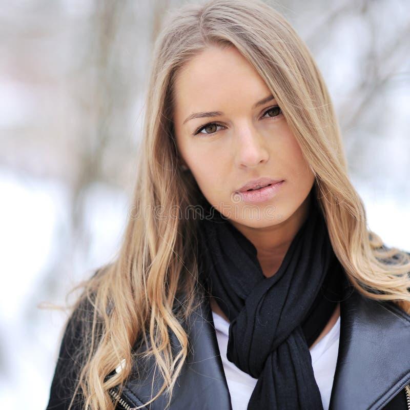 Primer de una muchacha triste hermosa en invierno imagen de archivo