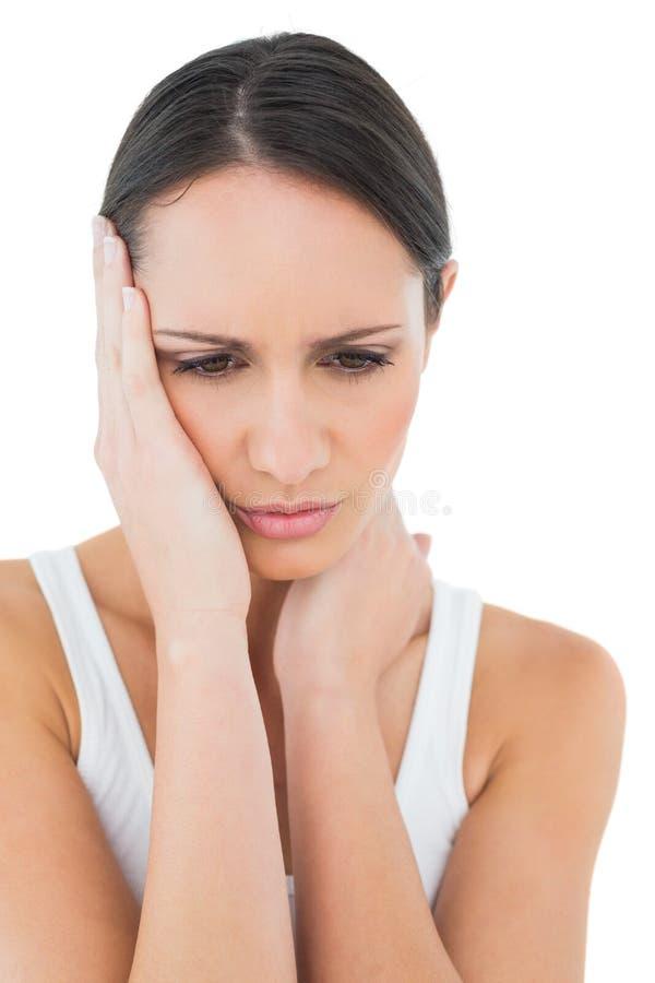 Primer de una mujer casual que sufre de dolor de cabeza fotos de archivo