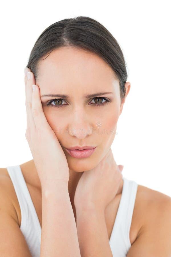 Primer de una mujer casual que sufre de dolor de cabeza foto de archivo libre de regalías