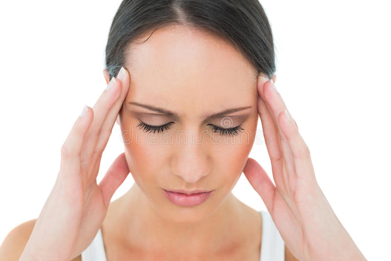 Primer de una mujer casual que sufre de dolor de cabeza fotografía de archivo libre de regalías