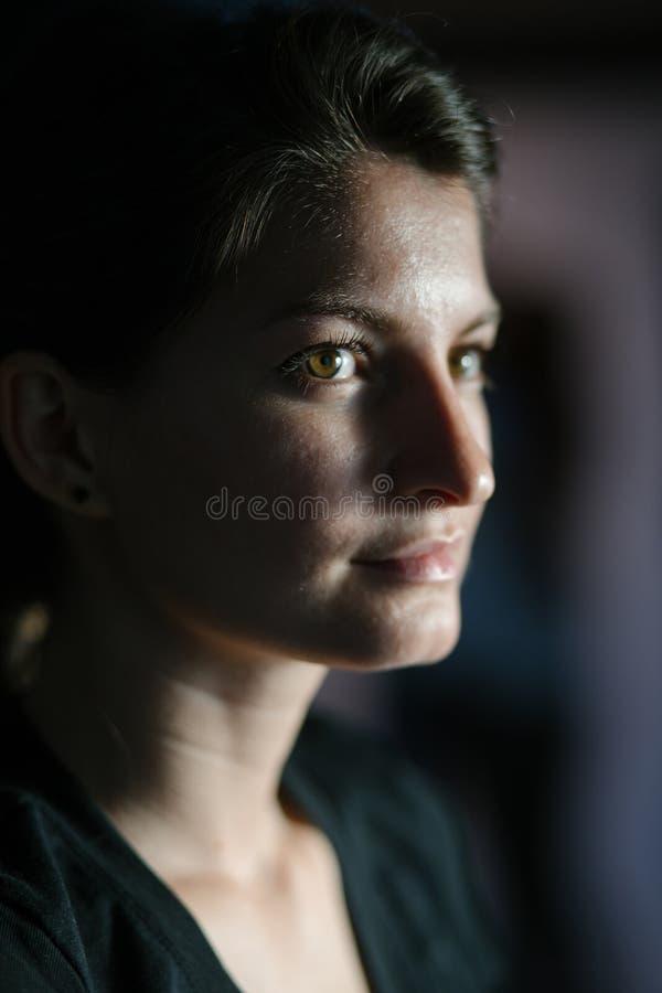 Primer de una mujer hermosa imagen de archivo libre de regalías