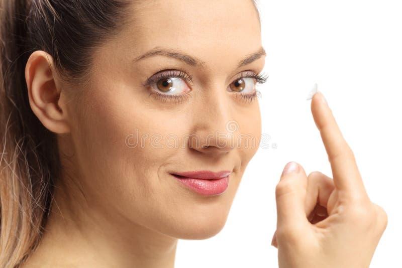 Primer de una mujer joven con la lente de contacto en su finger imagen de archivo