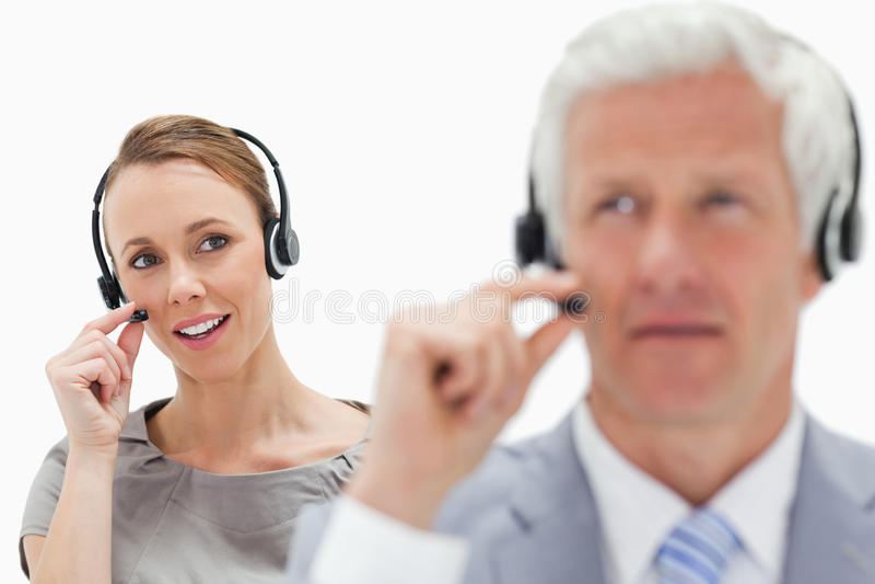 Primer de una mujer que habla en fondo con un hombre del pelo blanco imagenes de archivo