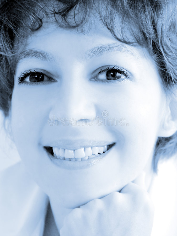 Primer de una mujer sonriente imagenes de archivo