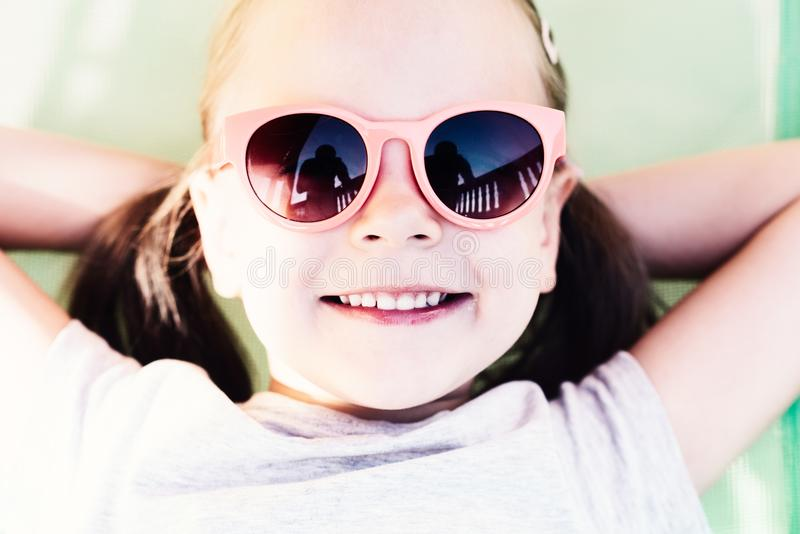 Primer de una niña feliz joven que miente en hamaca fotos de archivo