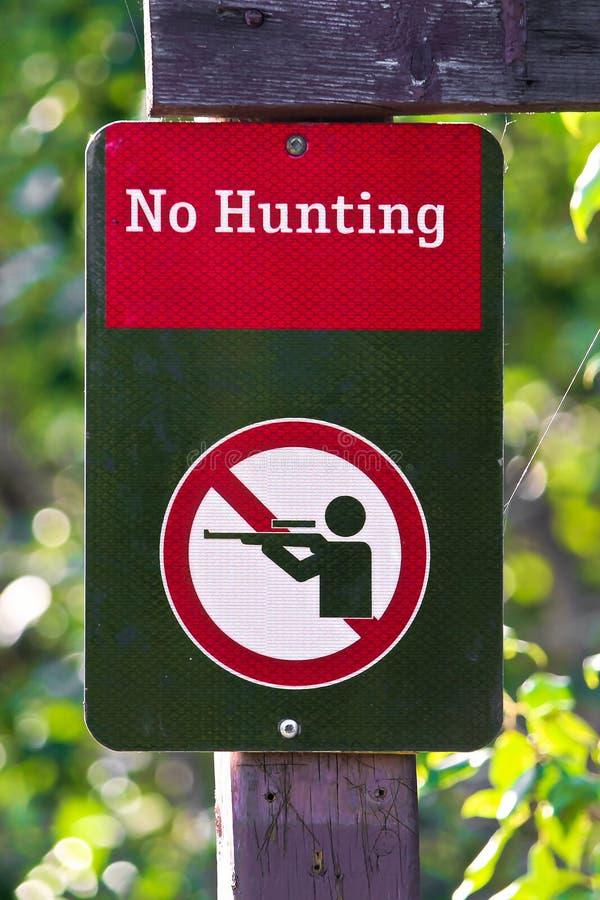 Primer de una ninguna muestra de la caza en un fondo verde fotos de archivo