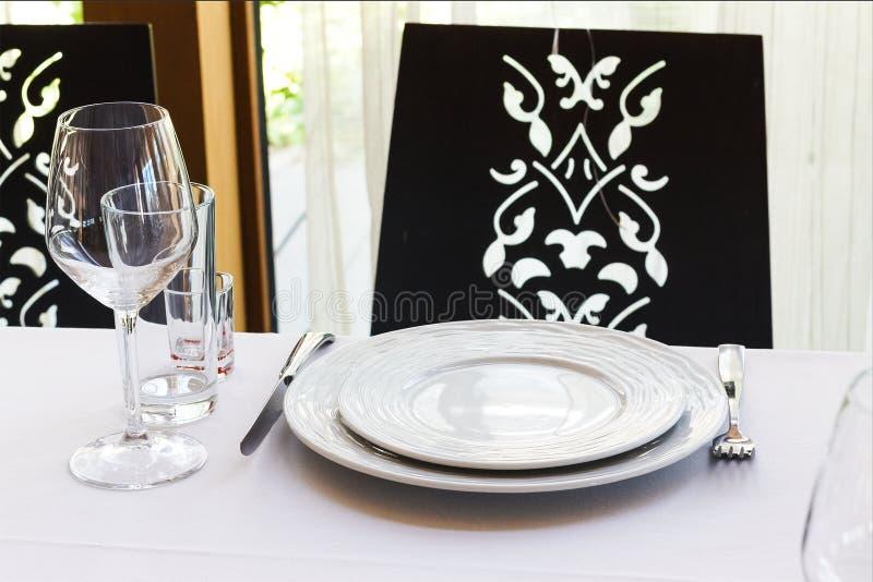 Primer de una tabla cubierta en el pasillo del banquete del ` s del restaurante imagen de archivo libre de regalías
