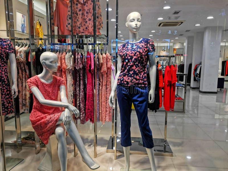 Primer de una ventana de la tienda de la moda en la ciudad de Wuhan imágenes de archivo libres de regalías