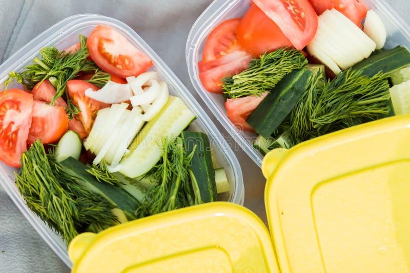 Primer de verduras crudas frescas deliciosas del jardín en dos envases, visión superior imagen de archivo libre de regalías