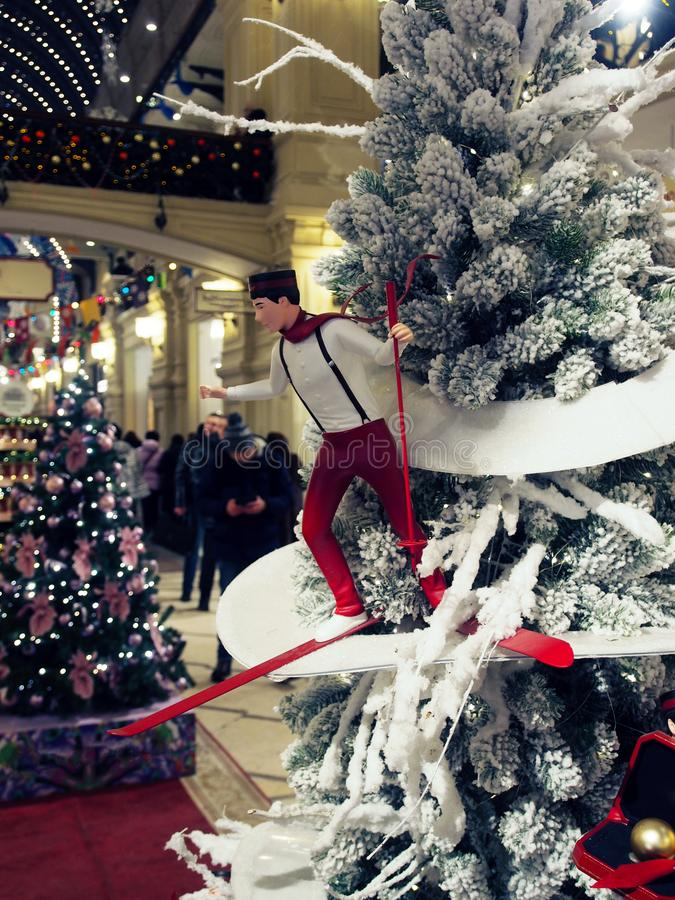 Primer del árbol de navidad con las decoraciones del día de fiesta foto de archivo
