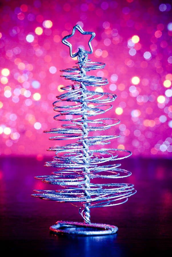 Primer del árbol de navidad moderno metálico en la tabla de madera imágenes de archivo libres de regalías