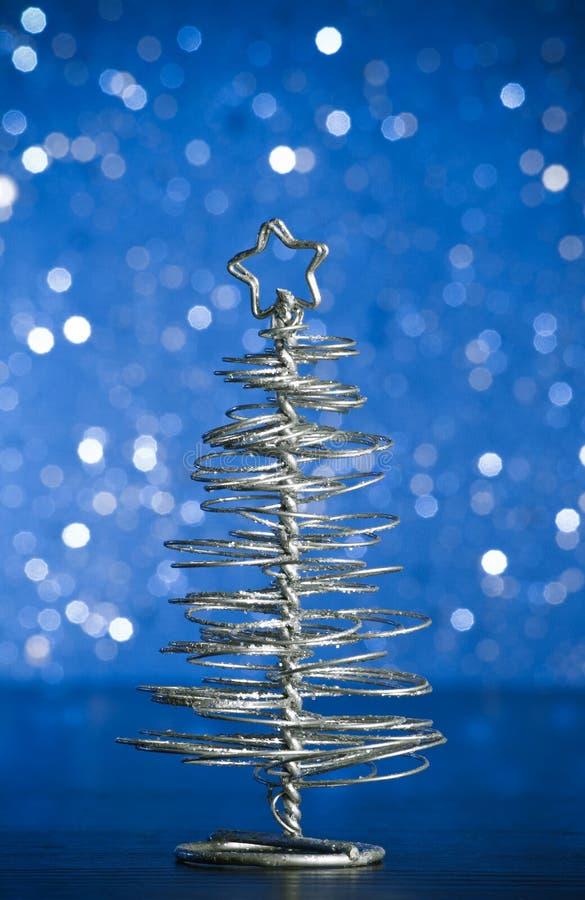 Primer del árbol de navidad moderno metálico en la tabla de madera fotos de archivo